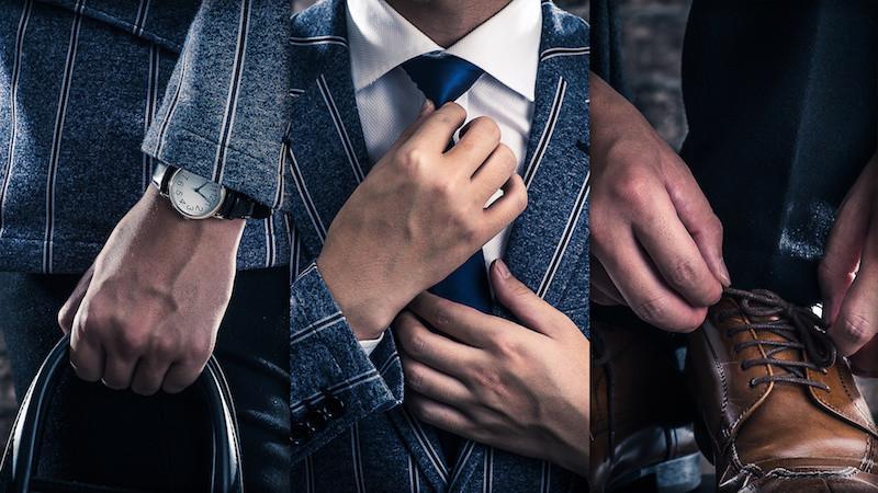 ネクタイを直す男性