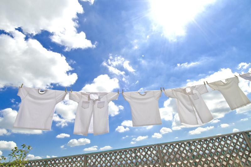 青空の下に干されているシャツ